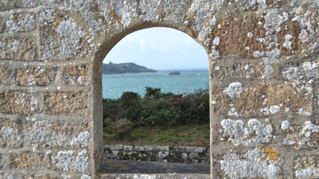 Vue sur la Baie de Douarnenez depuis le fortin de l'île Tristan
