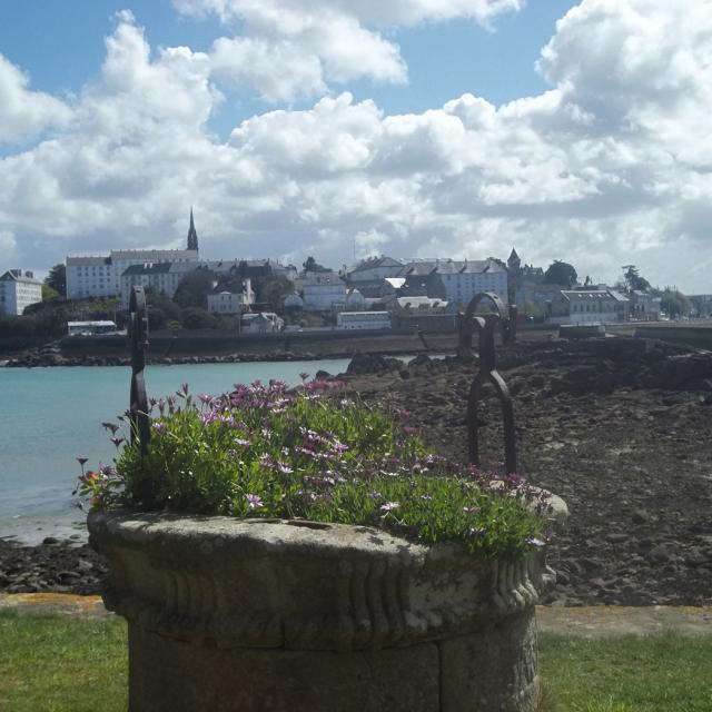Vue du centre-ville de Douarnenez depuis l'île Tristan