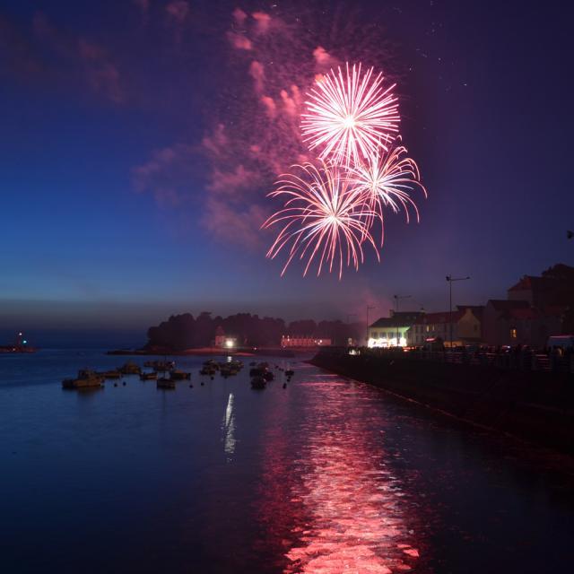 FEu d'artifice du 13 juillet sur Douarnenez au Port Rhu face à l'île Tristan