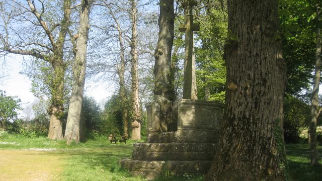 Table de pic-nic et calvaire de la chapelle Kérinec de Poullan-sur-Mer