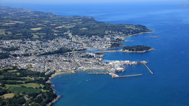 Vue Sur La Baie, Le Rosmeur Tréboul Et L'île Tristan