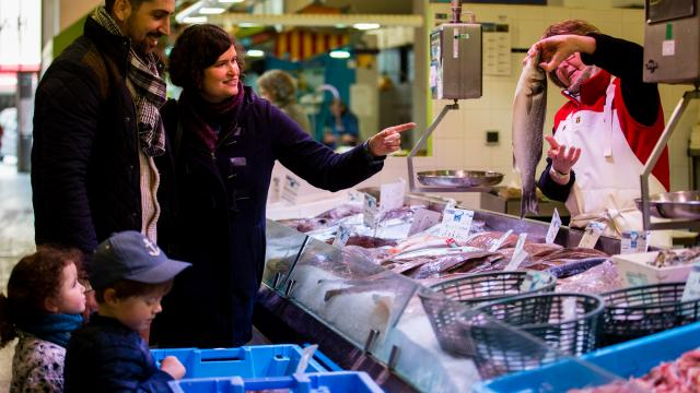 La poissonnerie au marché du matin dans les halles de Douarnenez