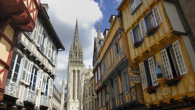 La rue Kéréon menant à la cathédrale Saint-Corentin de Quimper
