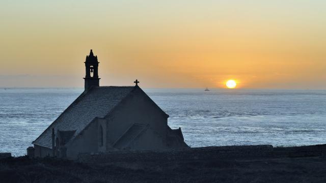 Coucher de soleil sur la chapelle Saint-They, entre la Baie des Trepasses et la Pointe du Van