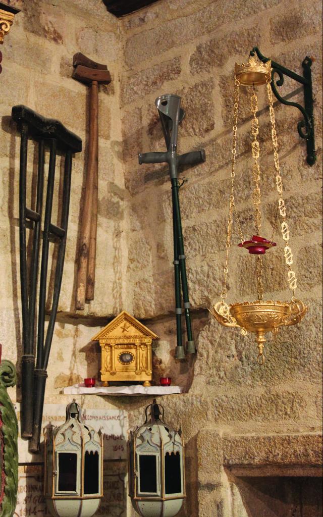 Béquilles de pèlerins dans la chapelle Saint-Vendal