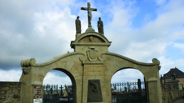 Portail du cimetière de Ploaré