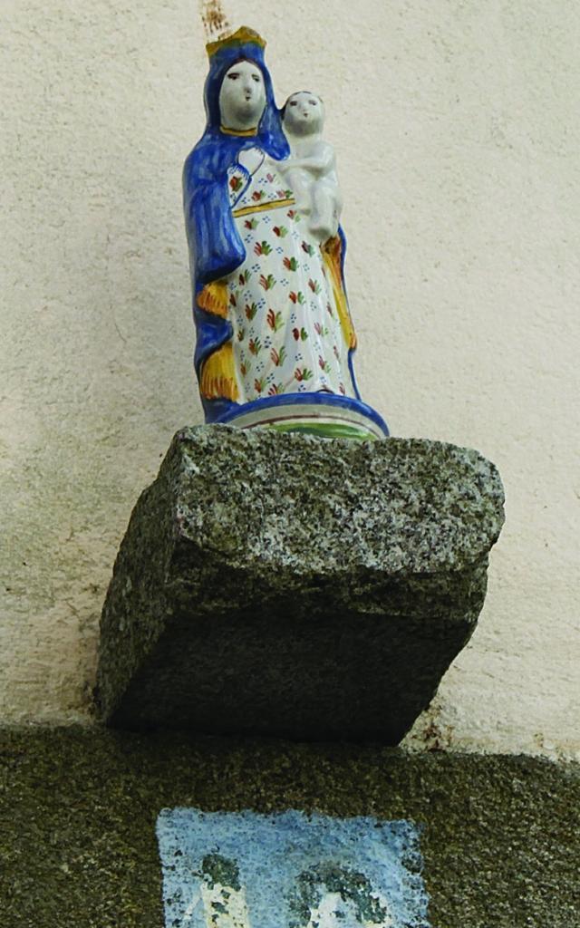 Statuette au dessus d''une maison à Douarnenez