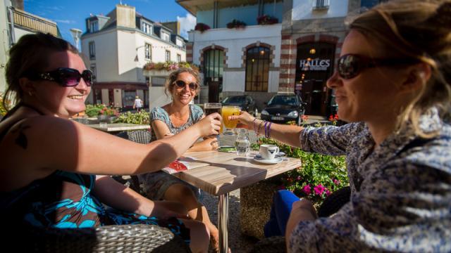 A la terrasse d'un bar près des halles de Douarnenez